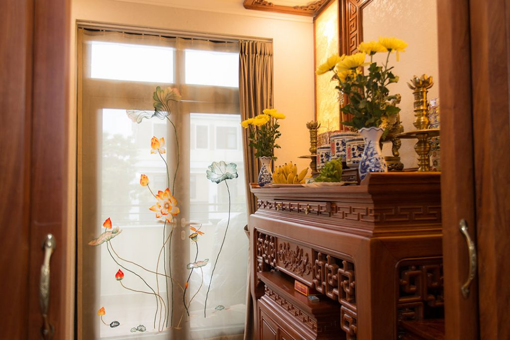 Rèm phòng thờ thêu sen đẹp và ý nghĩa