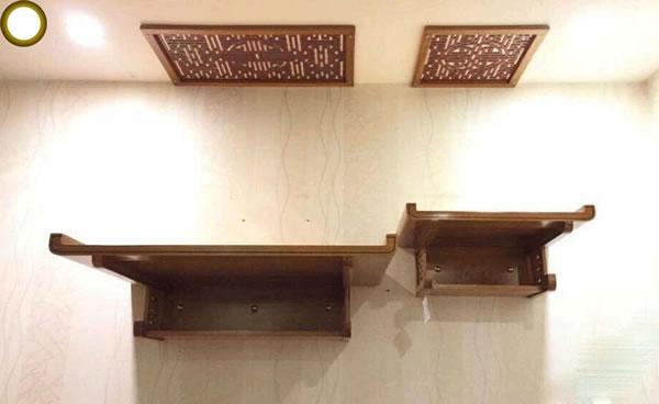 Đi kèm với bàn thờ treo hiện đại còn có các tấm chắn giúp bảo vệ trần nhà khỏi bị ảnh hưởng bởi khói hương